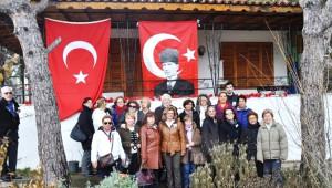 Gazeteci-Yazar Uğur Mumcu Ayvalık'taki Evi Önünde Düzenlenen Törenle Anıldı
