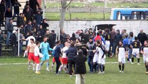 Uzatmalarda Beraberlik Golü Gelince Futbolcular Tekme Tokat Birbirine Girip, Hakeme Saldırdılar