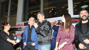 Özcan Deniz Filminin Galasında Selfi Yapıp 'Kadına Şiddete Hayır' Dedi