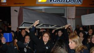 Özgecan Aslan Cinayetini Siyah Tabutla Protesto Ettiler