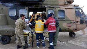 Yolu Kapalı Köydeki Hasta Kadın Askeri Helikopterle Alındı