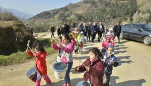 Başkan Kocaoğlu'nu Öğrenciler Yoğurt Kabından Trampetle Karşıladı