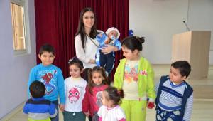 Cezaevinde Anneleriyle Kalan Çocukları Sevindirdiler