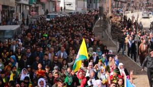 Hakkari'de Ulusal Kıyafet Yürüyüşüne Yoğun Katılım
