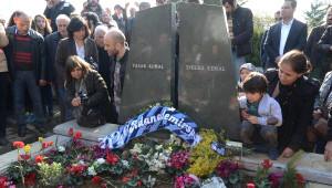 Mezarına Köyünden Getirilen Toprak Serpildi, Livaneli İnce Memed Türküsünü Okudu