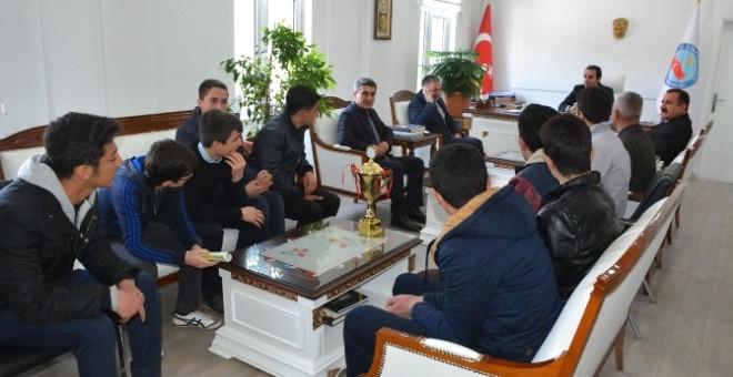 Şampiyon Öğrencilerden Kaymakam Erkan'a Ziyaret