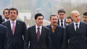 Türkmenistan Cumhurbaşkanı, Şair Mahtumkulu Firakı Anıtı'nı Ziyaret Etti