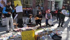 Sokak Müziğinden Gelen Bahşişler Çocuklara Kitap Oluyor