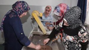 Kadınlar Ekmeğini Taştan Çıkartıyor
