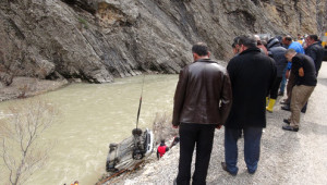 Pülümür Çayı'na Düşen Araçtan 5 Kişi Sağ Çıktı Minik Cümeysa Kayıp