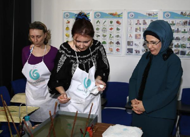 Emine Erdoğan, Bükreş'te Türk Şehitliğini ve Yunus Emre Enstitüsü'nü Ziyaret Etti