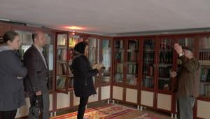 Evini Kütüphaneye Çevirdi