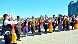 Adanalılar Taşköprü'de Kitap Okumanın Keyfini Çıkardı
