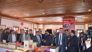 Akşehir'de Ağaçlar Kitap Açtı, Öğrenciler Topladı