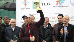 Bakan Şimşek'ten Tenis Şampiyonu İsrailli Dudi Sela'ya Kupa