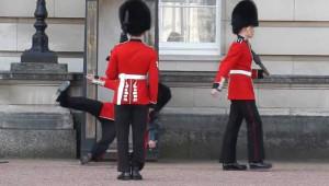 Kraliçenin Muhafızı Nöbet Değişimi Sırasında Yere Kapaklandı