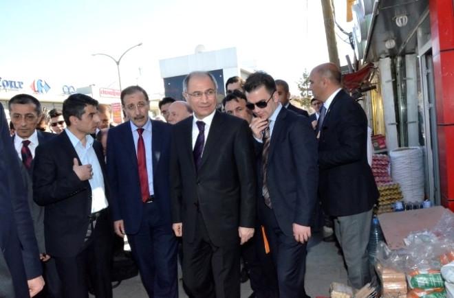 İçişleri Eski Bakanı Ala, Palandöken İlçesinde Esnafı Gezdi