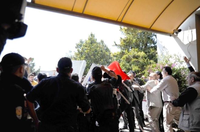 Karşıt Görüşlü Öğrenciler Kavga Etti, 4 Öğrenci, 1 Gazeteci Yaralandı