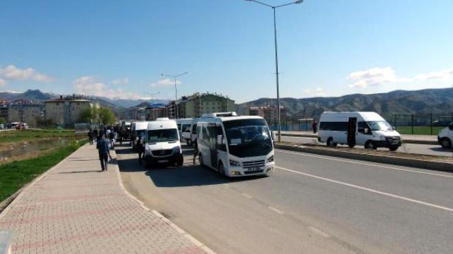 Tunceli'de Minibüsçüler Cezaları Protesto İçin Yol Kapattı
