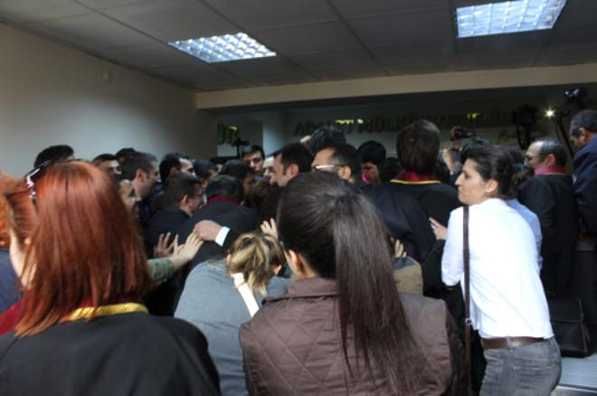 Adana Adliyesi'nde Avukatlarla Polisler Arasında Arbede Yaşandı