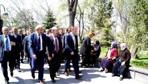 AK Parti Kayseri Adayları Türbe Ziyaretiyle Çalışmalara Başladı