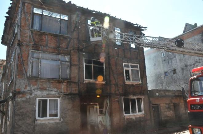 Akçakoca'da Tarihi Ev Yandı