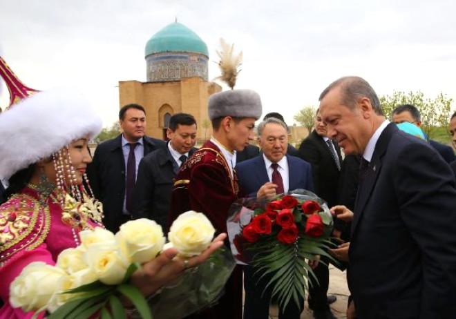 Cumhurbaşkanı Erdoğan, Hoca Ahmet Yesevi Türbesini Ziyaret Etti