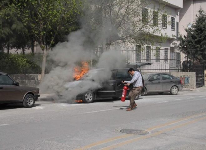 Gaziantep'te Yanan Otomobili Öğrenciler Söndürdü