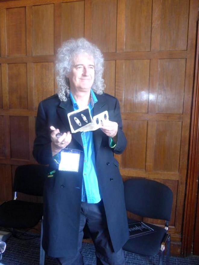 Londra Kitap Fuarı'nda Brian May Stereo Fotoğraflarını Sundu