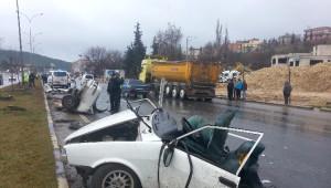 Bahçe Duvarına Çarpan Otomobil İkiye Bölündü: 1 Ölü, 2 Yaralı