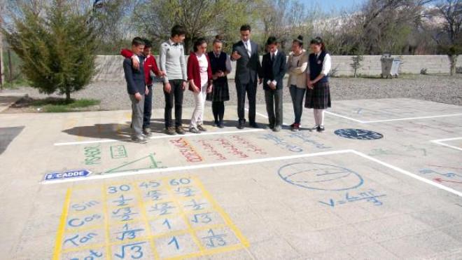Ortaokul Bahçesinde 'Matematik Bulvarı'