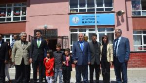 Vali Tuna'dan Bayrağı Öpen Çocuğa Ziyaret