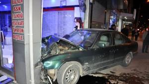 Otomobil Gözlükçü Dükkanına Girdi: 1 Yaralı