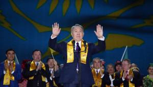 Seçimi Kazanan Nazarbayev'e Kutlama
