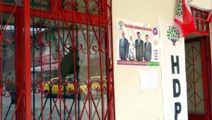 Elazığ'da Hdp Seçim Bürolarına Taşlı Saldırı