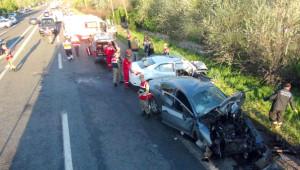 İki Otomobil Kafa Kafaya Çarpıştı: 2 Ölü, 4 Yaralı