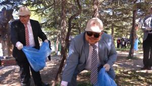 Vali ve Belediye Başkanı Ormanda Çöp Topladı