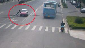 Arabanın Önüne Atlayan Adamın Amacı Hayrete Düşürdü