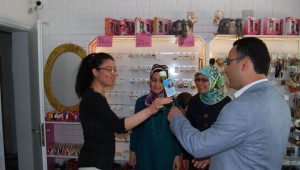 AK Parti Kula, Anneler Günü'nde Gül Dağıttı