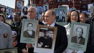 Putin, Babasının Fotoğrafıyla 'Ölümsüz Alay' Yürüyüşüne Katıldı