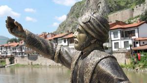 Selfie' Çeken Şehzade Heykelinin Telefonunu Kırdılar
