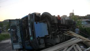Tır Devrildi, Ukraynalı Sürücü Yaralandı