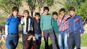 Badem Toplayarak Okul İhtiyaçlarını Gideriyorlar