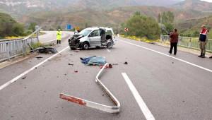 Hafif Ticari Araç Köprü Korkuluğuna Çarptı: 1 Ölü, 1 Yaralı