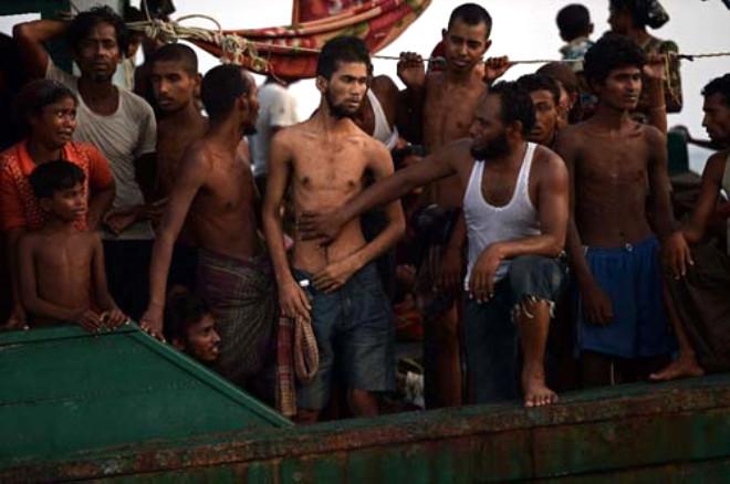 Kaçak Müslümanlar Günlerdir Bir Gemide Aç ve Susuz Bekliyor