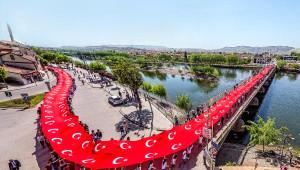 150 Metrelik Türk Bayrağıyla Kutlama
