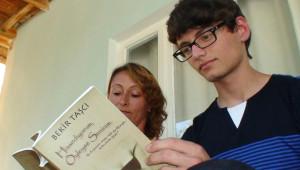 Altı Yıldır Yazdığı Sözleri Ailesinden Habersiz Kitap Haline Getirdi