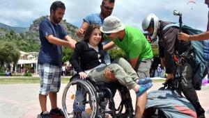 Yürüme Engelli Kızın Yamaç Paraşütü Mutluluğu