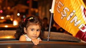 Galatasaraylı Taraftarlar Şampiyonluğu Kutluyor