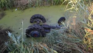 Sulama Kanalına Devrilen Traktörün Sürücüsü Öldü